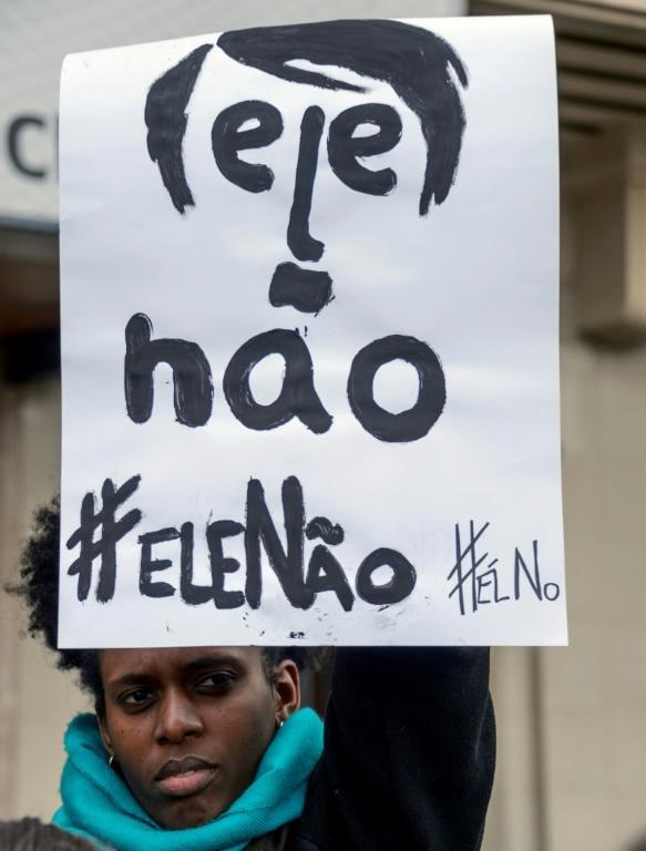 Des femmes brésiliens vivant au Chili participent à la manifestation contre le candidat d'extrême droite à la présidentielle au Brésil, Jair Bolsonaro, lancée sur les réseaux sociaux sous le hashtag #EleNao (Pas lui), à Santiago, le 29 septembre 2018 [MARTIN BERNETTI / AFP]