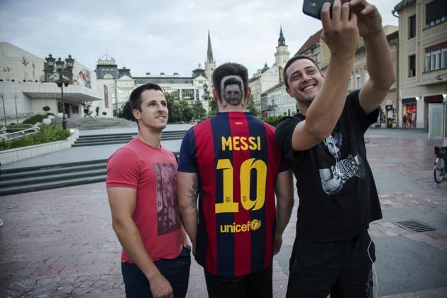 Un supporteur avec un tatouage capillaire à l'effigie de Messi à Novi Sad, en Serbie, le 10 juin 2018 [VLADIMIR ZIVOJINOVIC / AFP]