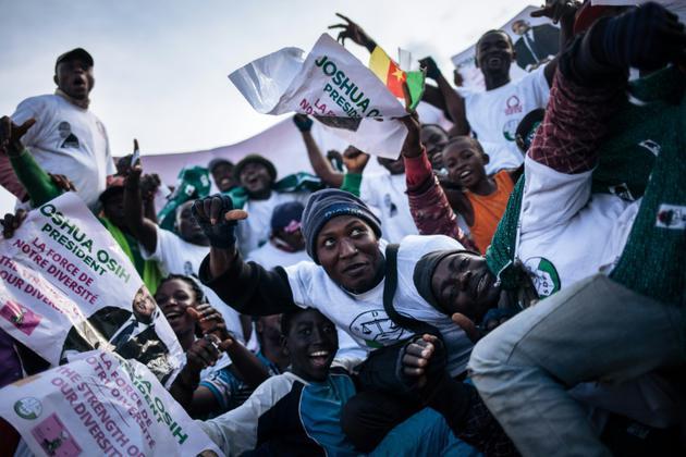 Des partisans de Joshua Osih, candidat du SDF à la présidentielle, lors d'un meeting de campagne, le 5 octobre 2018 à Yaoundé, au Cameroun [ALEXIS HUGUET / AFP]
