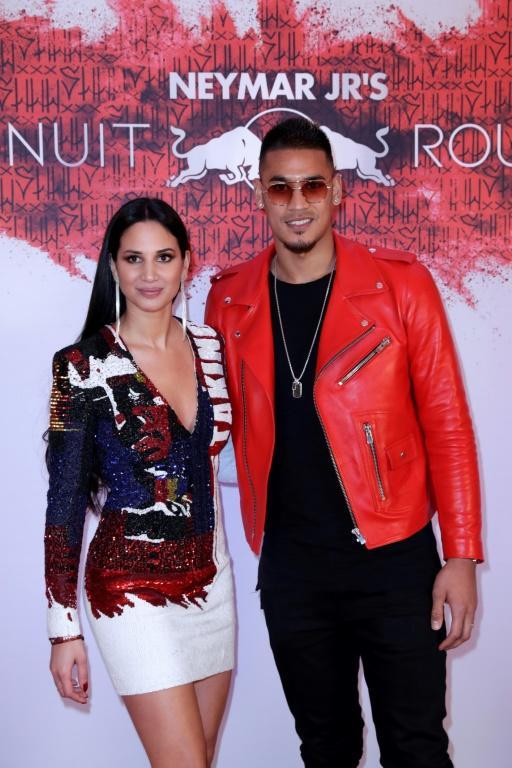Le gardien du PSG Alphonse Areola (à droite) pose avec son épouse Marion lors de la soirée anniversaire de Neymar, le 4 février 2019 à Paris [Thomas SAMSON / AFP]