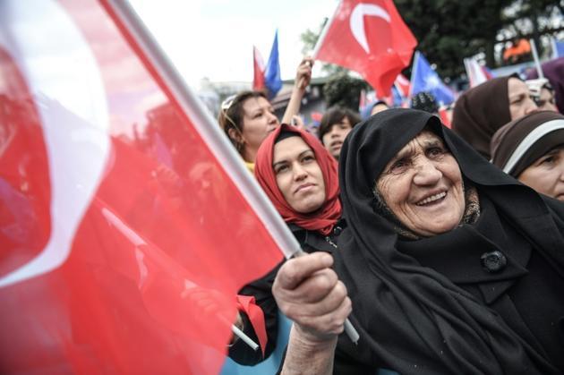 Des sympathisantes du parti AKP du président turc Recep Tayyip Erdogan participent à un meeting avant les municipales dans le quartier de Bayrampasa, le 30 mars 2019 à Istanbul [Ozan KOSE / AFP]