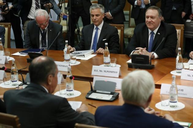 Le secrétaire d'Etat américain Mike Pompeo, accompagné de l'ambassadeur américain en Russie Jon Huntsman Jr, participe à une rencontre avec le ministre russe des Affaires étrangères Sergueï Lavrov à Sotchi (Russie) le 14 mai 2019. [Pavel Golovkin / POOL/AFP]