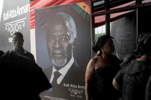 Un portrait de Kofi Annan à l'entrée du Centre international de conférences d'Accra, où se déroulent les funérailles nationales de l'ancin secrétaire général des Nations unies, le 11 septembre 2018. [CRISTINA ALDEHUELA / AFP]