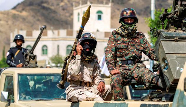 Des soldats yéménites affiliés aux rebelles Houthis lors d'une parade militaire à Sanaa, le 16 octobre 2018 [MOHAMMED HUWAIS / AFP/Archives]