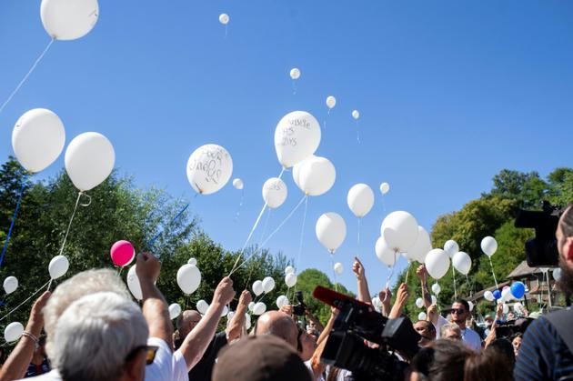 Le cortège lâche des ballons blancs en hommage à Maelys, le 27 août 2018 à Pont-de-Beauvoisin [ROMAIN LAFABREGUE / AFP]