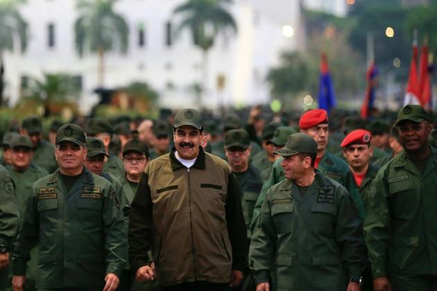 Le président vénézuélien Nicolas Maduro (au centre) entouré du haut commandement militaire lors d'une cérémonie à Caracas, le 2 mai 2019 [HO / Presidency/JHONN ZERPA/AFP]