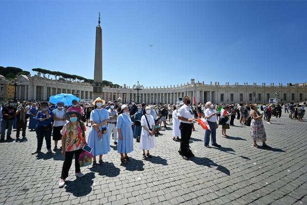 Des personnes attendent place Saint-Pierre la prière de l'Angélus du pape François, le 28 juin 2020 à Rome [Alberto PIZZOLI / AFP]