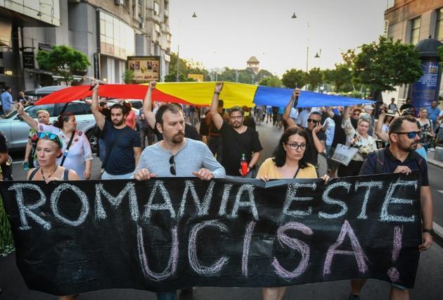 Des manifestants tiennent, le 27 juillet 2019 à Bucarest, une banderole sur laquelle on peut lire