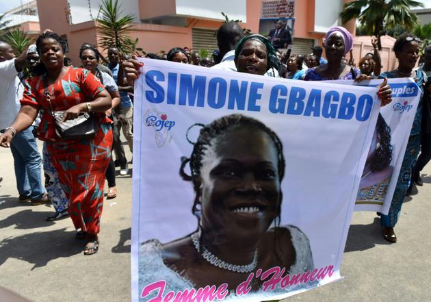 """Des partisans de la """"dame de fer"""" ivoirienne Simone Gbagbo, libérée mercredi,  8 août 2018 [ISSOUF SANOGO / AFP]"""