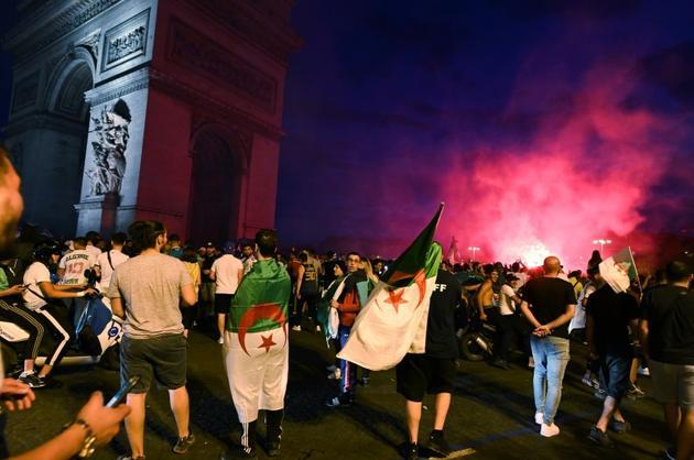 Des supporters de l'Algérie aux Champs Elysées le 14 juillet 2019 [DOMINIQUE FAGET / AFP]