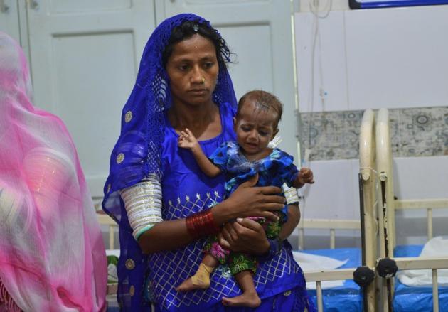 Une mère pakistanaise et son bébé à l'hôpital de Mithi, le 25 mai 2018 [RIZWAN TABASSUM / AFP]