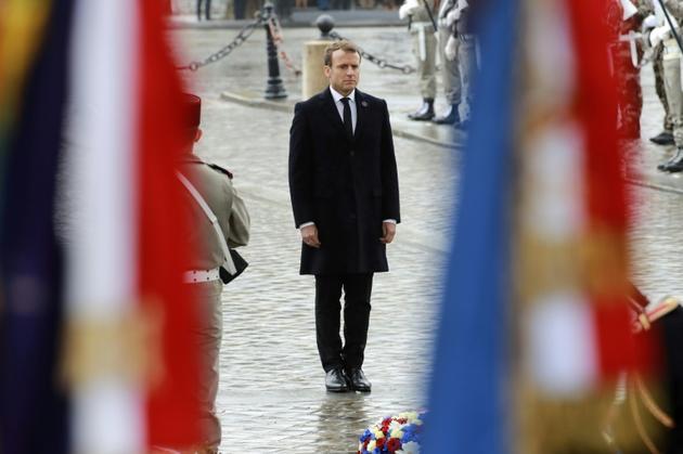 Emmanuel Macron devant la tombe du soldat inconnu, le 11 novembre 2017 [JACQUES DEMARTHON / AFP/Archives]
