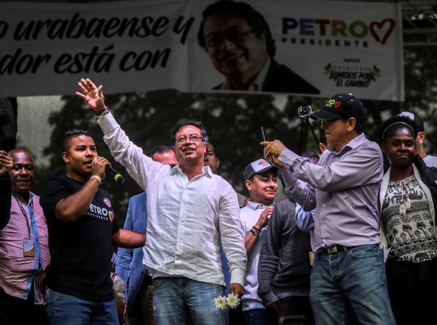 Le candidat de la gauche à la présidentielle Gustavo Petro (c) lors d'un meeting de campagne, le 16 mai 2018 à Medellin, en Colombie [JOAQUIN SARMIENTO / AFP/Archives]