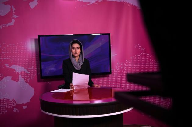 La présentatrice afghane Diba Akbari lors du JT de la chaîne Zan TV, le 18 février 2019 à Kaboul [WAKIL KOHSAR / AFP]