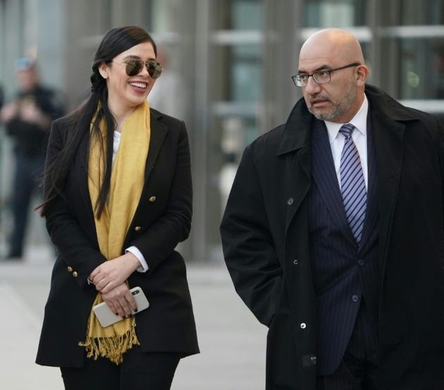 """Emma Coronel et Eduardo Balarezo, la femme et un des avocats de Joaquin Guzman, dit """"El Chapo"""", à leur départ du tribunal de Brooklyn, le 4 février 2019 à New York [Don Emmert / AFP]"""