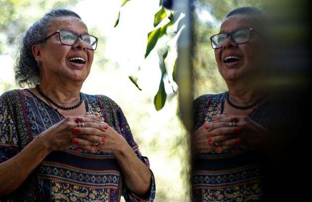 Thais de Azevedo, une transgenre brésilienne de 71 ans, ici à Sao Paulo le 4 octobre 2019, a pu retrouver une belle dentition grâce à des dentistes bénévoles qui aident les victimes de violences conjugales [Miguel SCHINCARIOL / AFP]