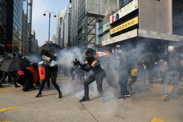 Heurts entre manifestants et forces de police dans le quartier de Tsim Sha Tsui, le 20 octobre 2019 à Hong Kong [Dale DE LA REY / AFP]