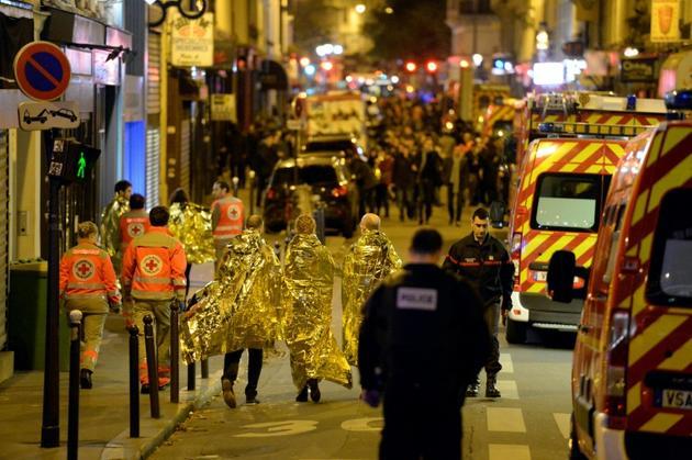 Evacuation des victimes des attentats du 13 novembre 2015 à Paris, par la rue Oberkampf, près de la salle de concerts du Bataclan [Miguel MEDINA / AFP/Archives]