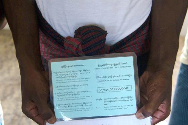 Un réfugié rohingya montre ses papiers d'identité provisoires au camp de transit de Nga Khu Ra pour les réfugiés rohingyas, le 28 juin 2018 à Maungdaw, dans l'Etat Rakhine, en Birmanie [- / AFP]