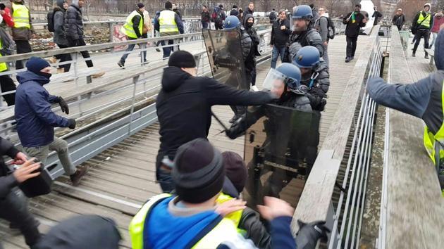 Capture d'écran d'une vidéo montrant l'ex-boxeur Christophe Dettinger s'en prenant à un gendarme sur la passerelle Léopold-Sédar-Senghor dans le centre de Paris, le 5 janvier 2019 [- / AFP/Archives]