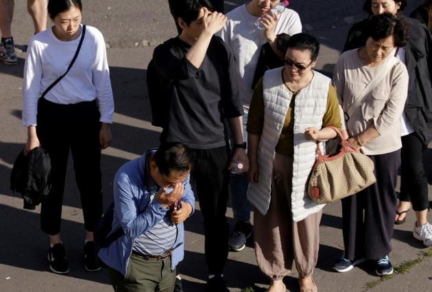 Des proches des victimes coréennes sur les lieux de l'accident entre un bateau de croisière et une embarcation de touristes sur le Danube à Budapest, le 1er juin 2019 [Peter Kohalmi / AFP]