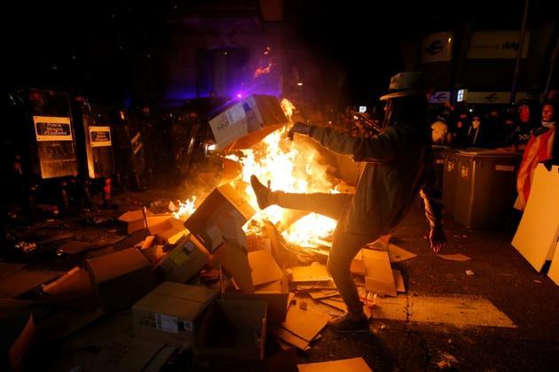 Des manifestants incendient des cartons dans le centre de Barcelone le 15 octobre 2019 [Pau Barrena / AFP]
