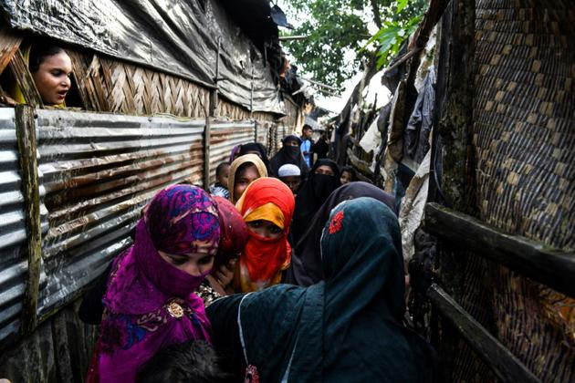 Une famille rohingya se presse autour de la fiancée lors d'une cérémonie religieuse de mariage, dans le camp de réfugiés de Kutupalong à Ukhia près de Cox's Bazar le 10 août 2018 [CHANDAN KHANNA / AFP]