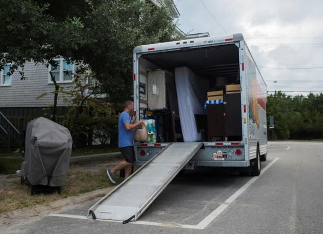 Greg Cook et sa femme ont décidé de déménager leurs affaires avant l'arrivée de l'ouragan Florence à Wrightsville Beach (Caroline du Nord), le 11 septembre 2018 [ANDREW CABALLERO-REYNOLDS / AFP]