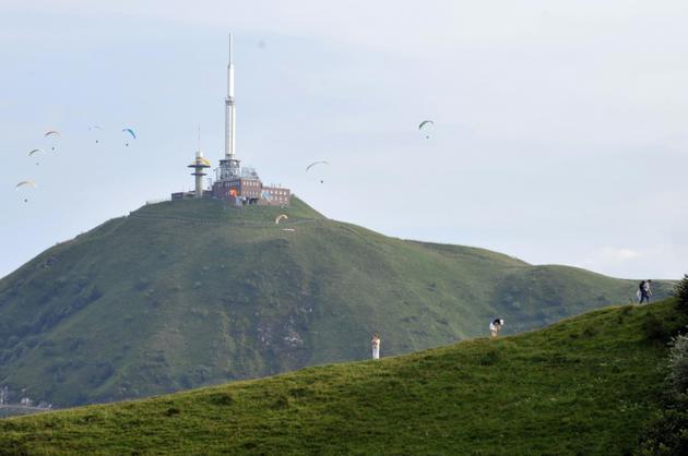 Le Puy de Dôme avec à son sommet une antenne de communication [THIERRY ZOCCOLAN / AFP/Archives]
