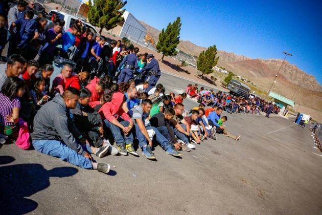 Certains des migrants appartenant au plus grand groupe jamais interpellé par la police aux frontières en entrant aux Etats-Unis, le 29 mai 2019 à El Paso, au Texas [USBPA Edward Butron El Paso Sector / US Customs and Border Protection/AFP]