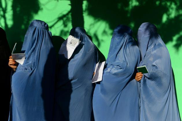 Des Afghanes font la queue pour voter lors des législatives, le 20 octobre 2018 à Hérat [HOSHANG HASHIMI / AFP]