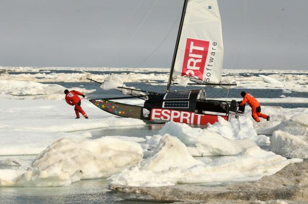 Photo fournie par l'expédition Adrenaline le 21 août 2018 montrant le voilier Babouch'ty lors d'une première tentative de traversée de l'Arctique, en juin 2013 [Jules JAROSSAY / ADRENALINE-L5R/AFP]