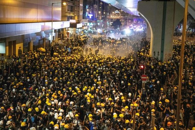La police disperse des manifestants à l'aide de gaz lacrymogènes le 21 juillet 2019 à Hong Kong [Laurel CHOR / AFP]