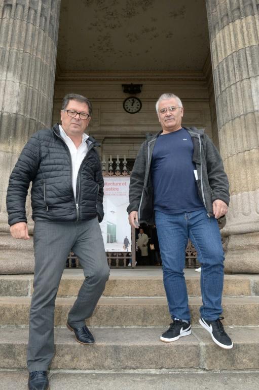 Les garagistes Denis Latour (G) et Joachim De Souza devant le tribunal de Limoges, le 8 octobre 2019 [MEHDI FEDOUACH / AFP]