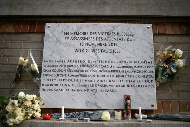 Plaque en mémoire des victimes de tirs au café La Belle Equipe, à Paris le 13 novembre 2017 [STEPHANE DE SAKUTIN / AFP/Archives]