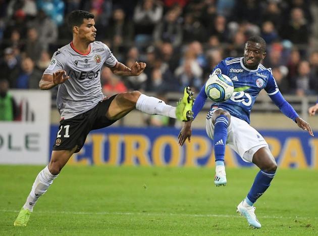 Le milieu brésilien de Nice Danilo (g) à la lutte avec l'attaquant ivoirien de Strasbourg Kevin Zohi, le 26 octobre 2019 à Strasbourg [FREDERICK FLORIN / AFP]