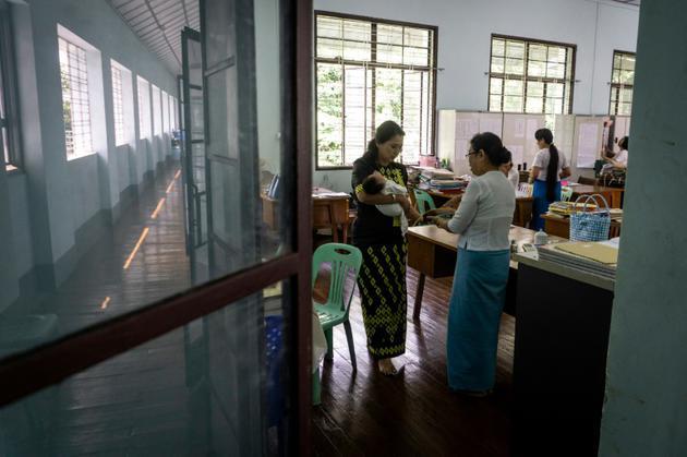 La radiologue Myat Sandar Thant, fondatrice de l'ONG Myint Mo Myittar, confie un bébé abandonné par sa mère célibataire à un organisme d'Etat, en Birmanie, le 19 octobre 2018 [Phyo Hein KYAW / AFP]