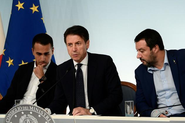 Le Premier ministre italien Giuseppe Conte au centre entouré de ses deux vice-Premiers ministres, Luigi Di Maio (à gauche) et Matteo Salvini (le 15 octobre 2018 à Rome) [Filippo MONTEFORTE / AFP/Archives]