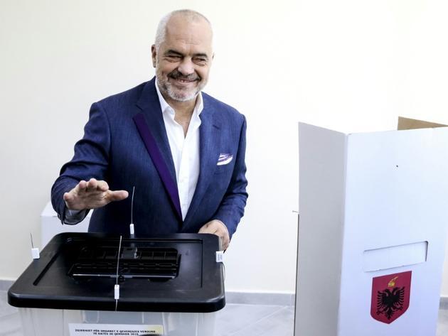 Le premier ministre socialiste albanais Edi Rama vote dans le village de Surrel près de Tirana le 30 juin 2019  [Gent SHKULLAKU / AFP]