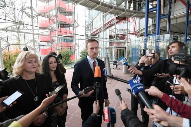 Alexeï Navalny répond à la presse le 15 novembre après la décision de la Cour européenne des Droits de l'homme [Frederick FLORIN / AFP]