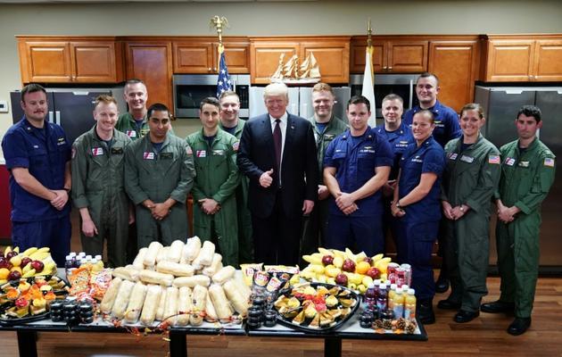 Le président américain Donald Trump rend visite à des membres des gardes-côte le jour de Thanksgiving, le 22 novembre 2018 à Riviera Beach en Floride,  [MANDEL NGAN / AFP]