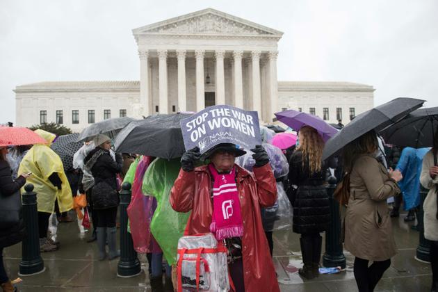 Des manifestants favorables à l'avortement devant la Cour suprême des Etats-Unis le 20 mars 2018 [NICHOLAS KAMM / AFP]