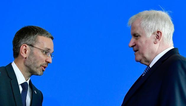 Le ministre allemand de l'Intérieur Horst Seehofer (D) eet son homologue autrichien Herbert Kickl à l'issue d'une conférence de presse à Berlin, le 4 septembre 2018 [Tobias SCHWARZ / AFP]