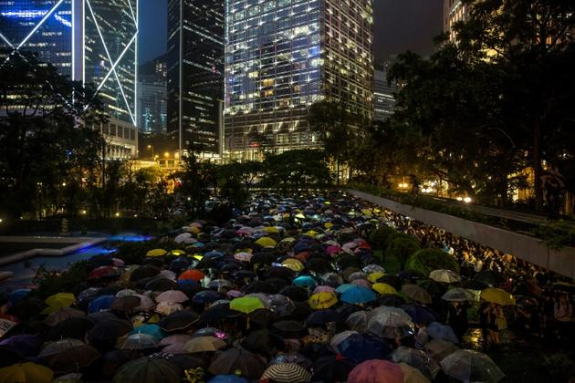 Des employés de banques et de sociétés financières à Hong Kong manifestent pour soutenir les rassemblements pro-démocratie dans le territoire, le 1er août 2019 [ISAAC LAWRENCE / AFP]