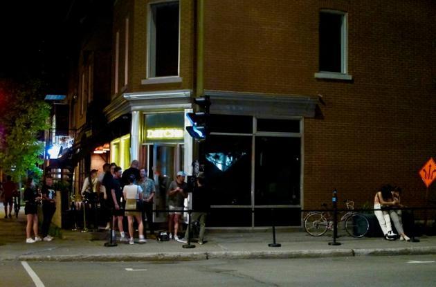 Des clients de la discothèque Datcha, le 28 juin 2019 à Montréal, au Québec [Louis BAUDOIN / AFP Photo]