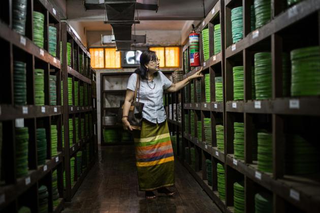 Grace Swe Zin Htaik, ex-actrice birmane, dans un local de stockage de bobines de vieux films birmans des archives d'Etat, le 15 mai 2018 à Rangoun [Phyo Hein KYAW / AFP Photo]