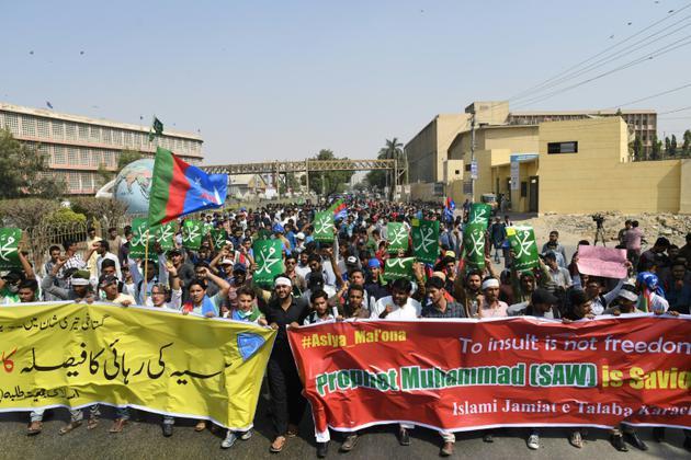Des étudiants pakistanais musulmans membres de l'Islami Jamiat Talaba (IJT) manifestent contre l'acquittement de la chrétienne Asia Bibi, à Karachi ke 1er novembre 2018 [ASIF HASSAN / AFP]