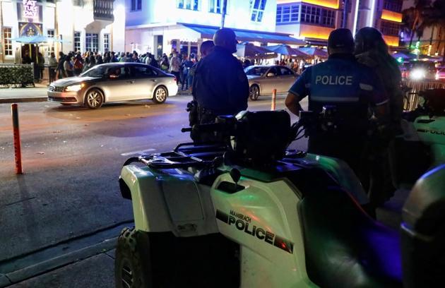 La police de Miami Beach veille sur Ocean Drive, en Floride le 22 mars 2019 [RHONA WISE / AFP]