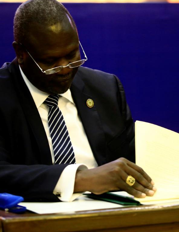 Le chef des rebelles du Soudan du Sud Riek Machar signe un accord de partage du pouvoir le 5 août 2018 à Khartoum [ASHRAF SHAZLY / AFP]