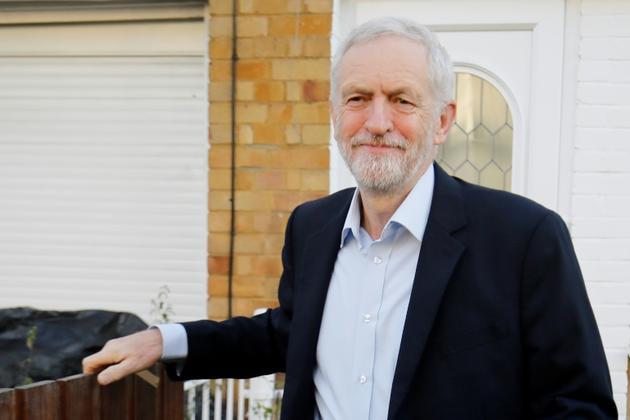Le leader du Parti travailliste Jeremy Corby devant son domicile, le 26 février 2019 à Londres [Tolga AKMEN / AFP]